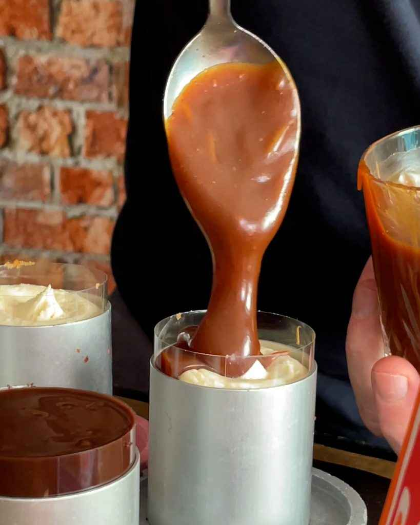 Topping mini cheesecake with salted caramel